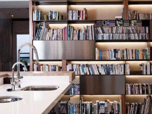 ραφια με βιβλια στην κουζινα