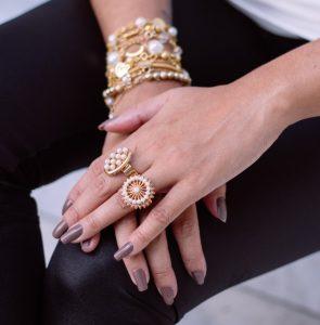 Γυναικεία χέρια με κοσμήματα