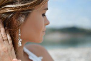 Λαμπερά σκουλαρίκια σε γυναίκα