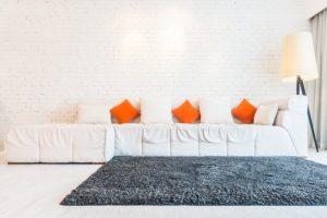Χαλί μπροστά σε καναπέ