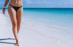Γυναικεία πόδια χωρίς κυτταρίτιδα στη παραλία