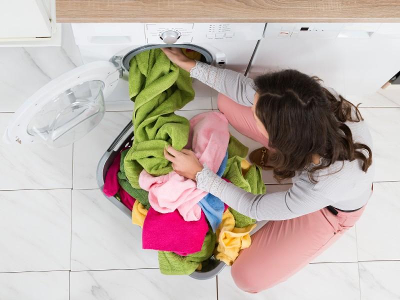 Γυναίκα βγάζει ρούχα από πλυντήριο