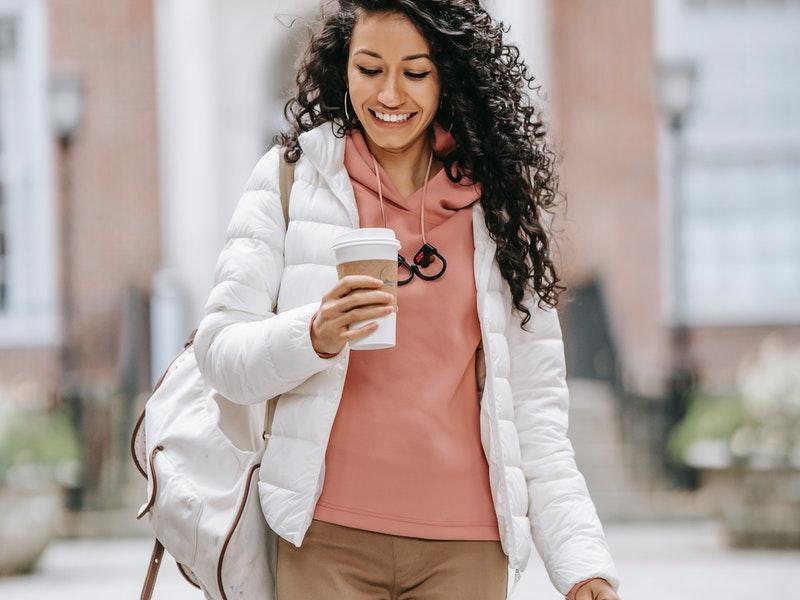 Γυναίκα που φοράει λευκό μπουφάν