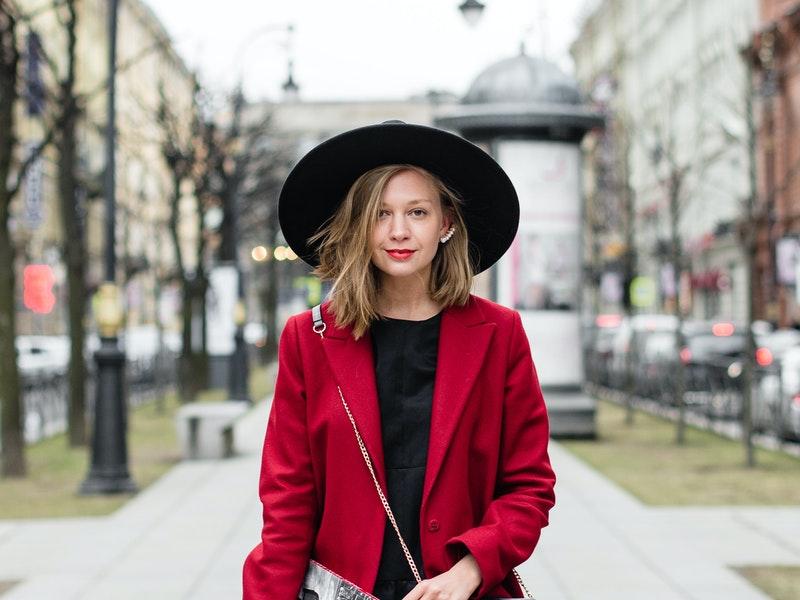 Γυναίκα που φοράει κόκκινο παλτό