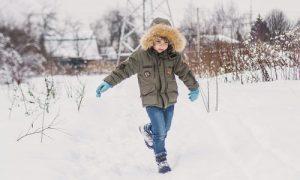 Παιδί που παίζει στο χιόνι