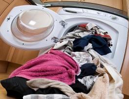 Πολλά ρούχα που είναι εκτός κάδου πλυντηρίου ρούχων