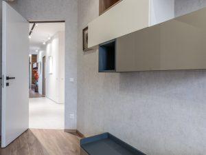 Ξύλινη πόρτα σε δωμάτιο
