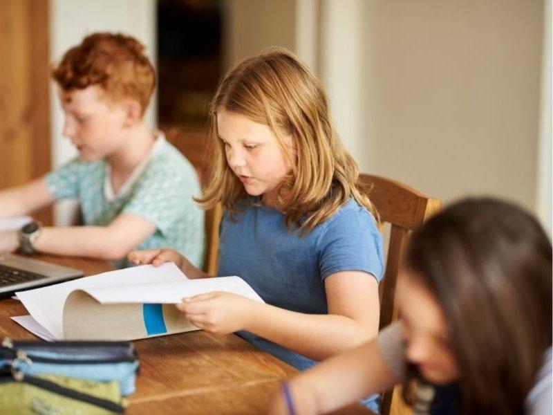 Παιδιά μελετάνε βιβλία