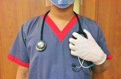 Ιατρός με μπλέ ιατρική μπλούζα