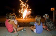 Παιδιά κοιτάζουν από μακριά πυροτεχνήματα